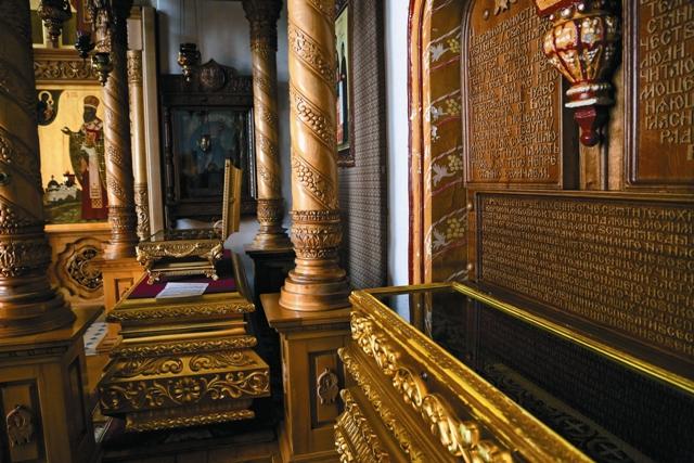 """Мощи святителя иакова находятся под спудом. Чтобы верующие могли поклониться его мощам, в яковлевском храме стоит """"символическая"""" рака с молитвами святителю"""