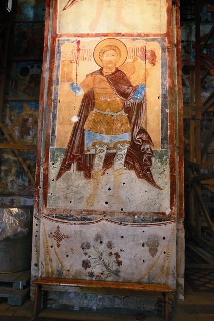 Перед нанесением фресок на стены храма наносилась штукатурка методом «на гвоздях» отверстия на стенах на фото следы от старых гвоздей, которые меняют на новые