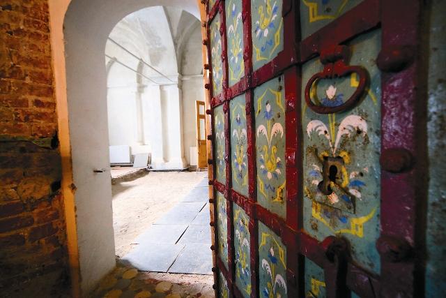 В Зачатьевском храме ведутся реставрационные работы.  Дверь в храм предположительно относится к XVII веку