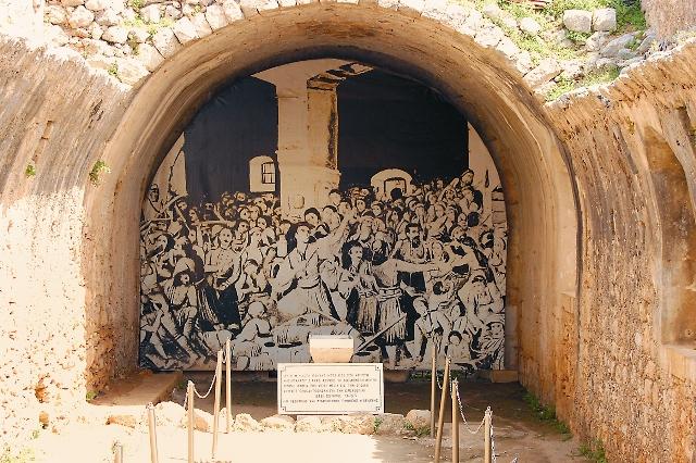 """В 1930 году на уцелевшей восточной стене порохового склада была установлена надпись: """"Пламя, зажженное в этой крипте, из края в край сияло по славному Криту. И  это было Божье пламя, в коттором сгорели критяне ради свободы"""""""