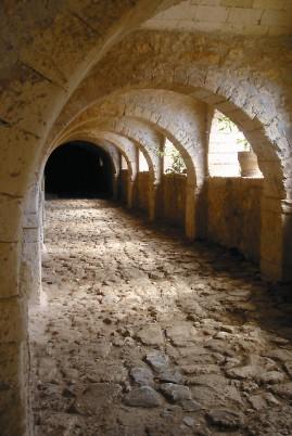 Галерея монастыря дарит желанную прохладу