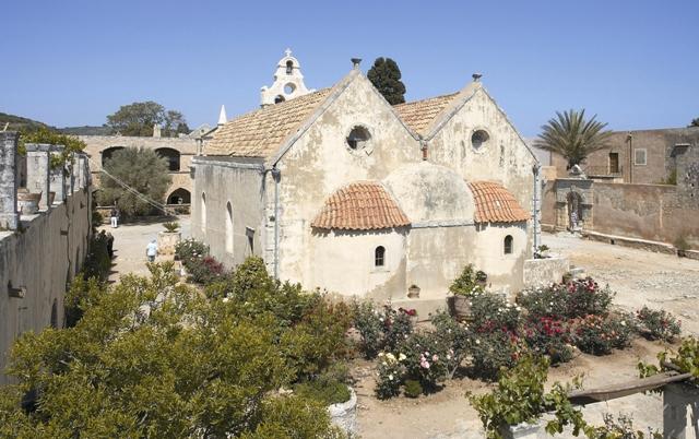Территория монастыря утопает в зелени и цветах