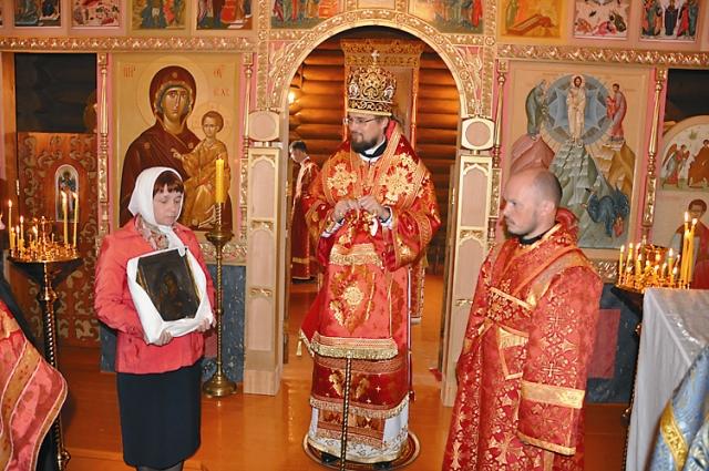 Одна прихожанка передала для храма чудесным образом сохранившуюся икону Божией Матери «Троеручица», которая находилась в Леушинском монастыре