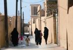 Иран – страна исламская, все женщины, включая православных, обязаны носить платок и плащ, несмотря на сильную жару