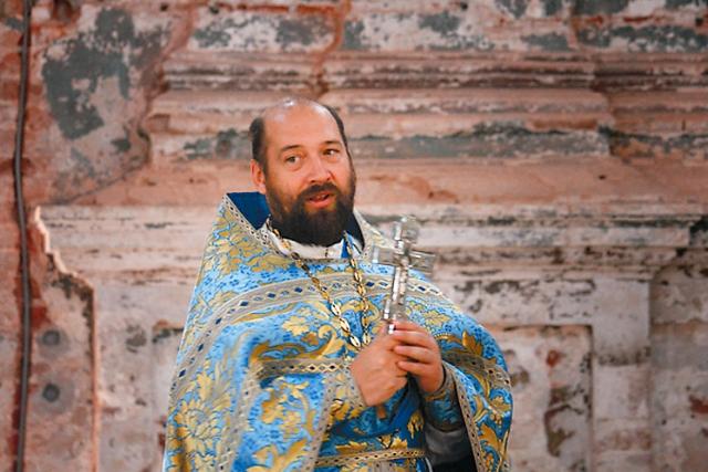 Настоятель храма протоиерей Дионисий Крюков знает множество интересных фактов из истории Подмоклова