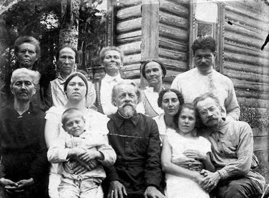 Семейная фотография. 1-й ряд: крайний справа протоиерей Леонтий Гримальский, 4-й справа священник Александр Харьюзов. 2-й ряд: крайний справа священник Николай Харьюзов