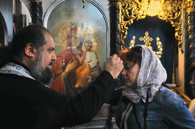 Епископ Ейский и ТимашевскийГгерман помазывает паломников в монастыре св. Анны