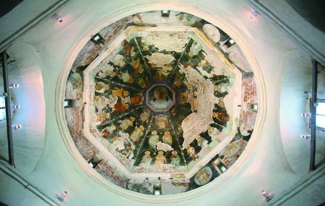 Роспись купола Покровской церкви сделана, по преданию, по эскизам самого Ивана Грозного