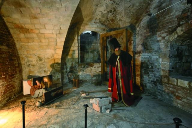В подвалах покровской церкви при иване грозном пытали и казнили людей. Сейчас здесь размещена экспозиция музея