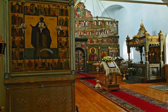 Внутреннее убранство храма в честь преподобного Стефана Махрищского. Рака над мощами преподобного