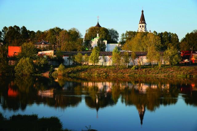 Вид на Александрову слободу с берега реки Черной