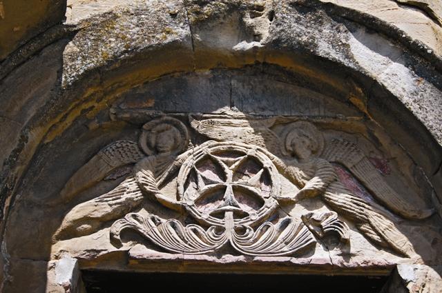 Барельеф «Воздвижение креста» над входом в храм Джвари