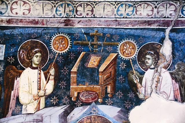 Ангелы овевают Престол (Этимасию) рипидами. Фреска монастыря Грачаница