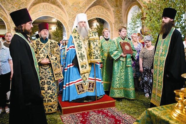 Митрополит Саратовский и Вольский лонгин во время архиерейской службы на день святой Троицы