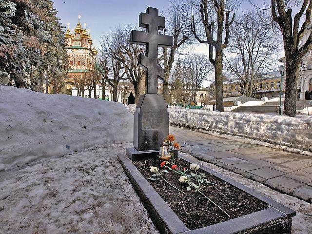 Могила архиепископа Сергия (Голубцова) в Троице-Сергиевой лавре