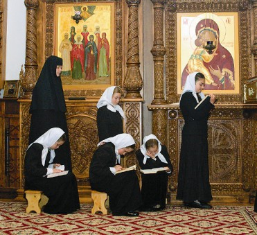 Воспитанницы монастыря в Успенском храме