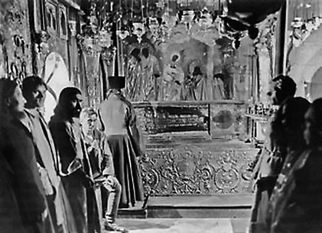 Вскрытие раки с мощами преподобного Сергия Радонежского в Троице-Сергиевой лавре. Фото 1919 года