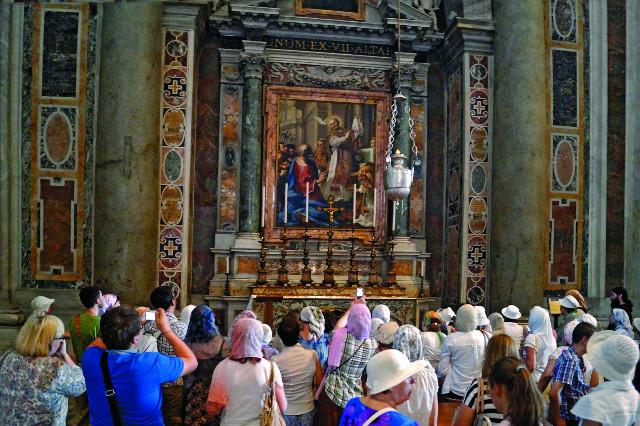Собор Святого Петра,, придел святого Папы Григория Двоеслова (Великого), Почитаемого и в Православной Церкви. В престоле находятся его святые мощи