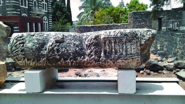 На этом камне, некогда украшавшем синагогу, изображен переносной храм на колесах