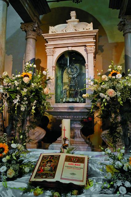 Церковь Евхаристического Чуда. Хрустальный ковчег со Святыми Дарами