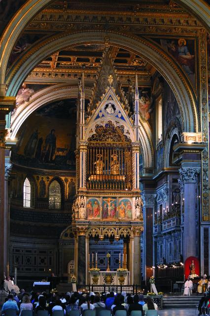 Интерьер Латеранского собора. Высоко над престолом можно увидеть мощевики святых Петра и Павла, в которых хранятся честные главы апостолов
