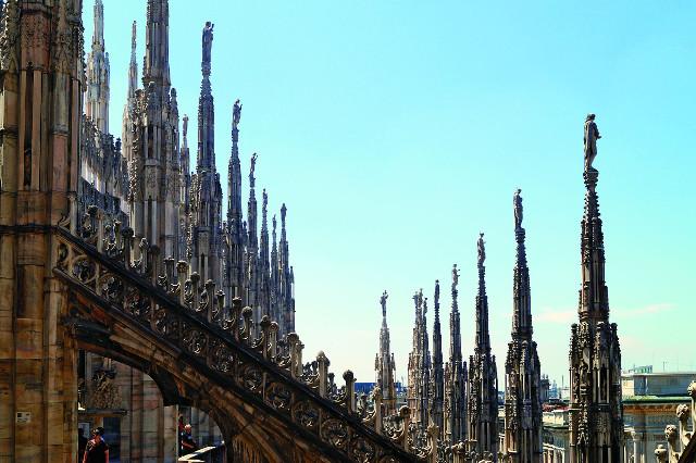 Миланский кафедральный собор украшают несколько тысяч скульптур