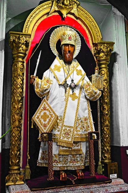 Резной образ святителя Николая в архиерейском облачении. Рядом ящичек для записок