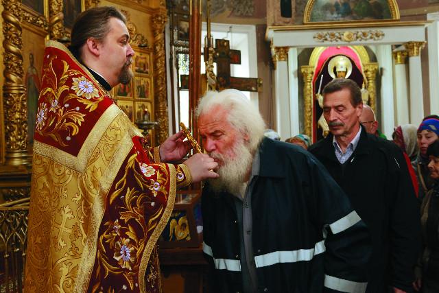 Настоятель Введенского храма в Спирове протоиерей Константин Попов с прихожанами