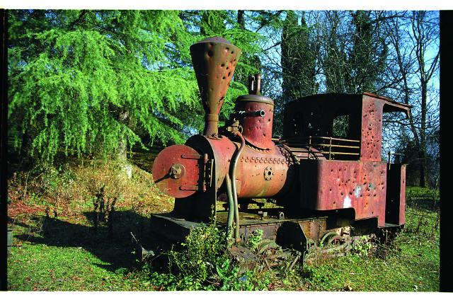 Старый паровоз - своеобразный памятник узкоколейной железной дороги монастыря