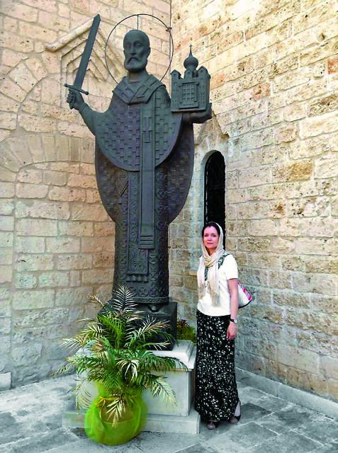 Статуя святителя  Николая Чудотворца у входа  в русское подворье в Бари