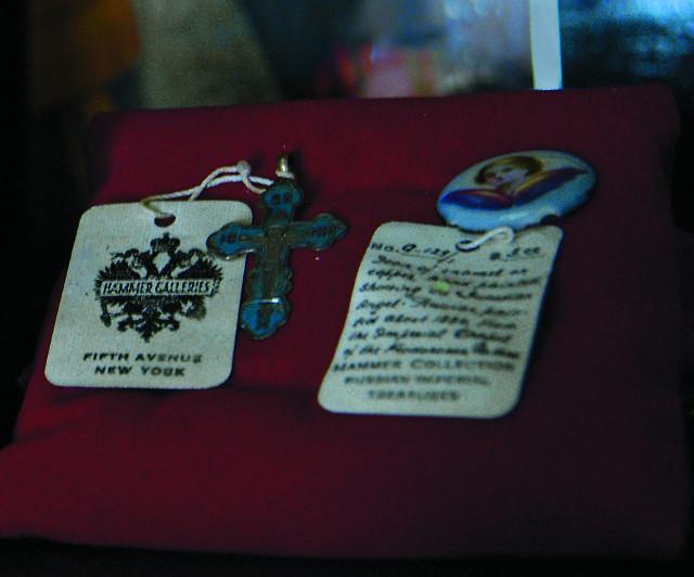 Нательный крестик и медальон, вывезенные в конце 20-х годов ХХ века из личных покоев княжны в Зимнем дворце