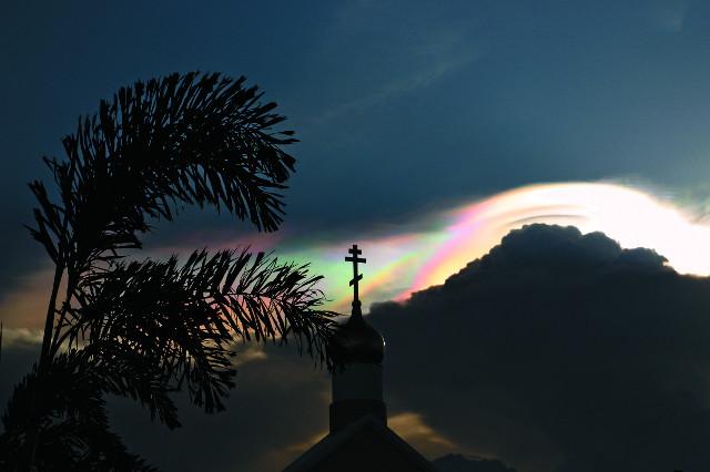 По вечерам  в Таиланде можно наблюдать огненную радугу в облаках, которая возникает при прохождении света через ледяные кристаллы перистых облаков