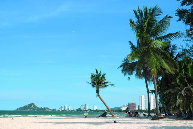Главный пляж в Хуа  Хине - это 10 км чистого белого песка