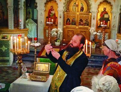Главную реликвию храма Рождества Христова во Флоренции - царский крест Лопухиных-Романовых вынесли из алтаря специально для русских паломников