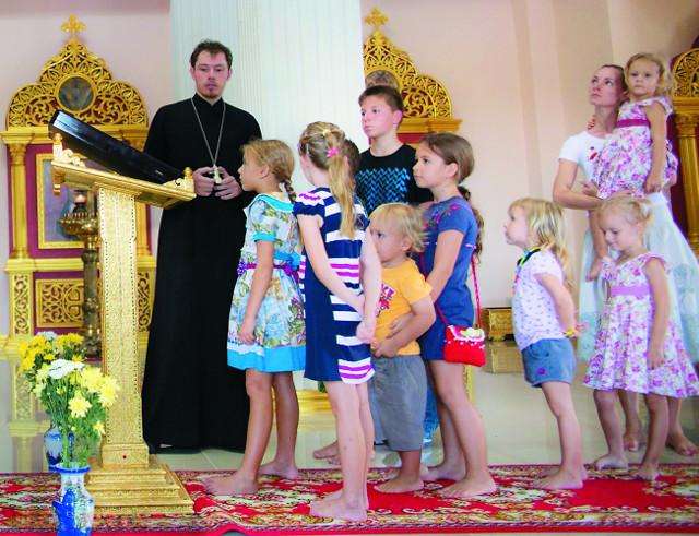 Настоятель храма иерей Андрей Иващенко  с учениками воскресной школы