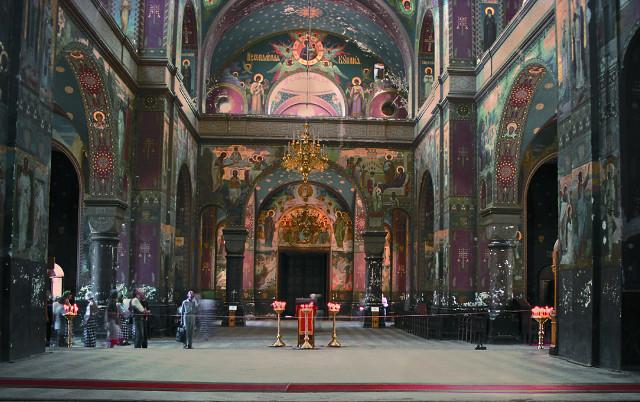 Центральный придел  собора Святого Пантелеимона целителя. охра и кобальт - два главных цвета в интерьере  храма
