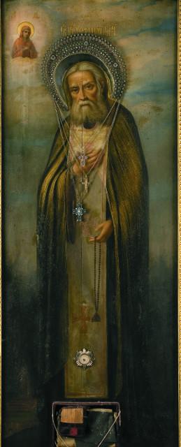 В этой иконе  хранятся редкие реликвии, связанные с  жизнью и молитвенным подвигом преподобного