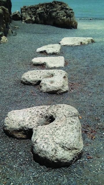 Каменные ступени к морю в виде сердечек