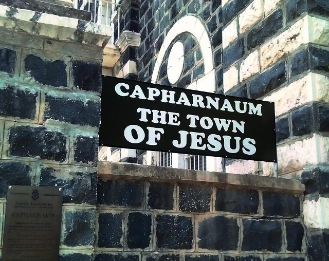 Город Капернаум (в переводе – «деревня Наума») назван в честь библейского пророка Наума. Это древний рыбацкий го- род, расположенный на северо-западном побережье Галилей- ского озера, которое называют морем из-за его больших раз- меров. С VIII века Капернаум никем не заселен