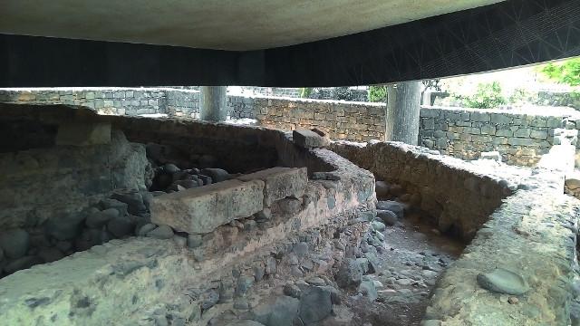 Фундамент дома апостола Петра послужил основанием для строительства нескольких церквей, стены которых отчетливо видны на снимке. сейчас над этими развалинами построен католический храм  на столбах