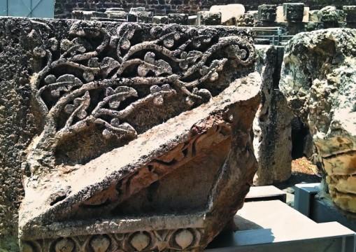 Когда-то эти камни с искусной резьбой украшали синагогу