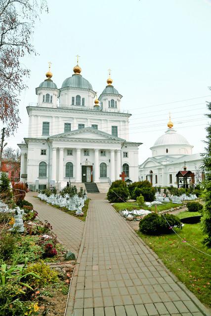 Казанский собор. Справа храм Покрова Пресвятой Богородицы