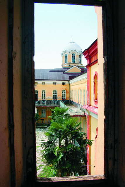 Внутреннее каре монастыря: келейный корпус и домовый храм
