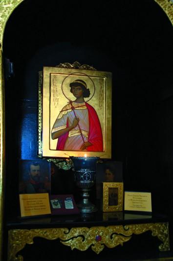 В киоте справа от алтаря хранятся икона и страстотерпица Татьяны Романовой и ее личные вещи