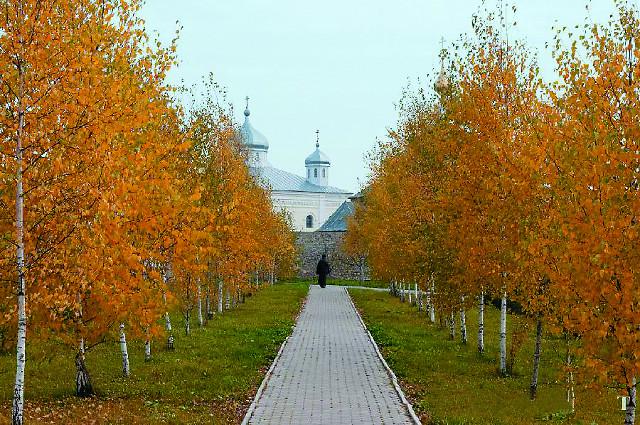 Радуют глаз золотые купола практически заново построенного Петропавловского храма