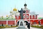 У стен Зачатьевского монастыря