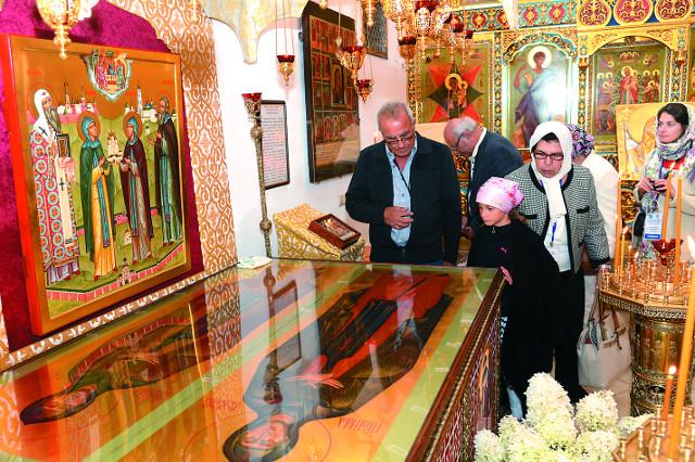У гробницы преподобных Иулиании и Евпраксии
