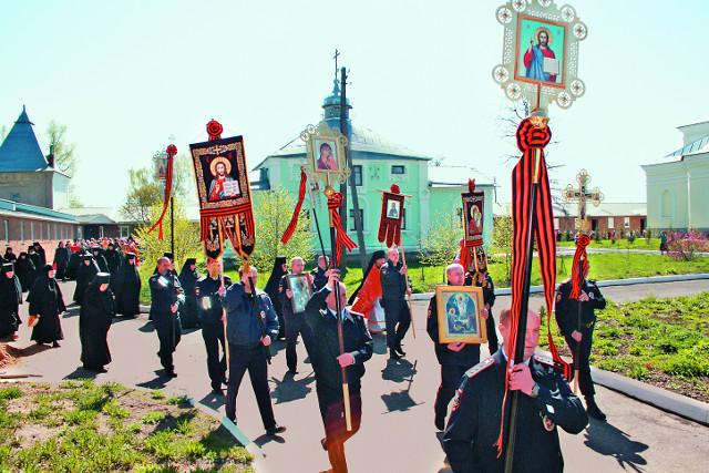 Крестный ход в день  памяти небесного покровителя обители - Георгия Победоносца.  6 мая 2015 года