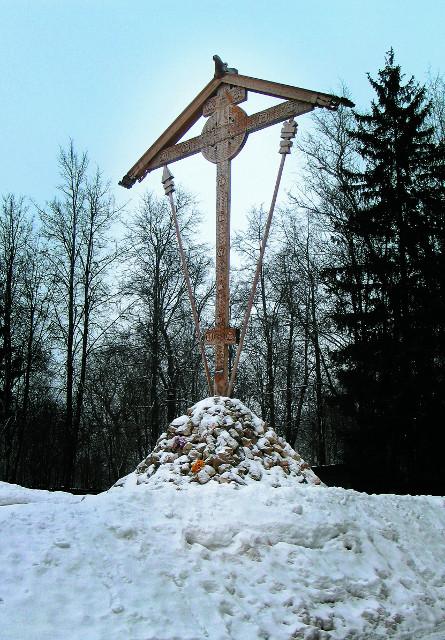 Соловецкий крест изготовлен в Соловецком монастыре и принесен к месту бутовских захоронений крестным ходом по воде. Он был установлен на полигоне 8 августа 2007 года, к 70-й годовщине начала массовых расстрелов.