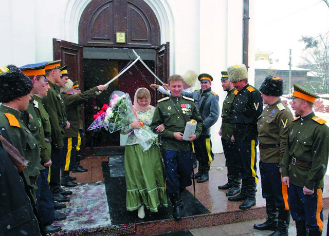 Иркутские казаки празднуют венчание